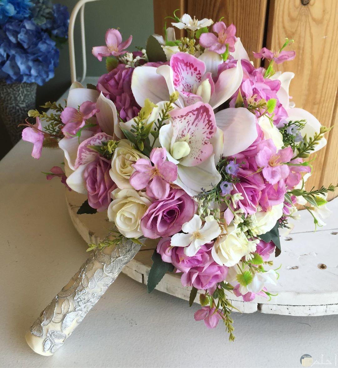 بوكيه من الورد الأبيض و البنفسجى.