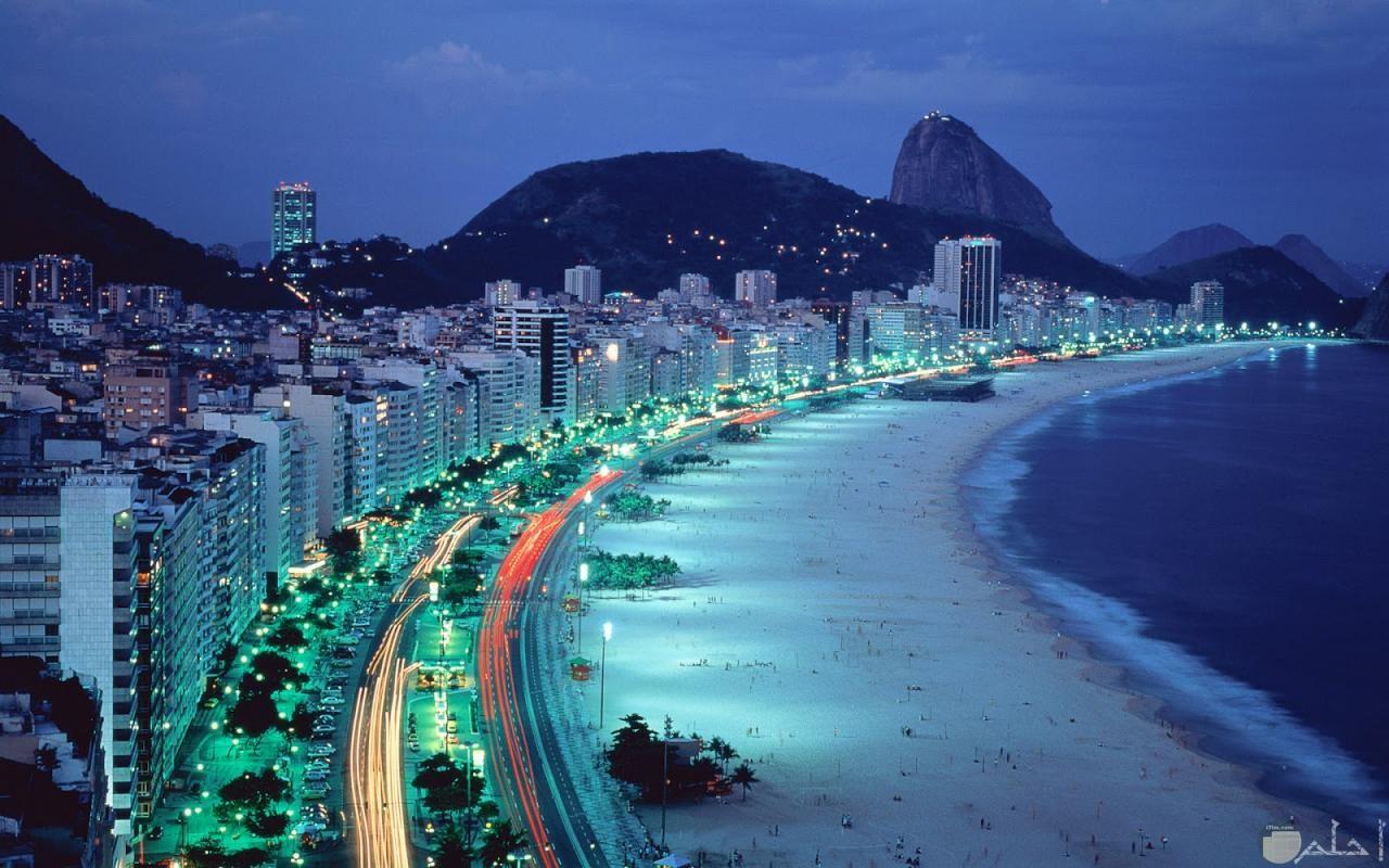 لقطة نادرة لشاطئ يظهر الناس و كأنهم نقاط على الرمال.
