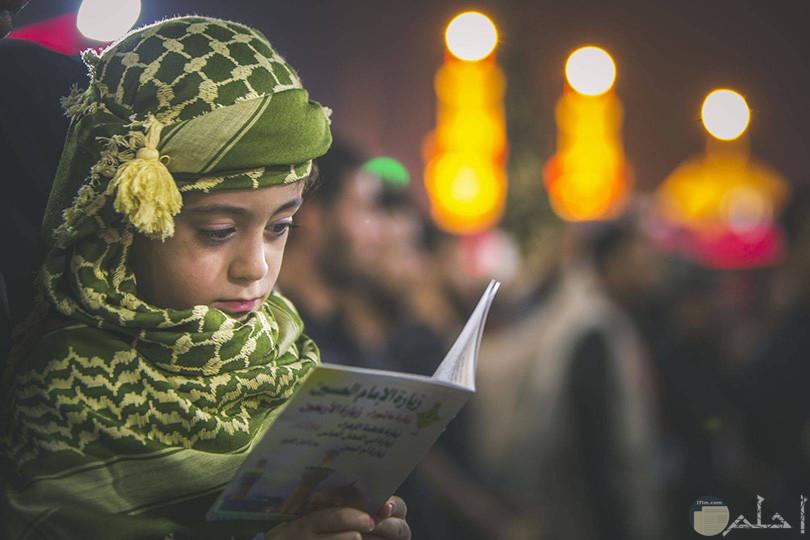 فتاه بحجاب ملون تقراء كتاب