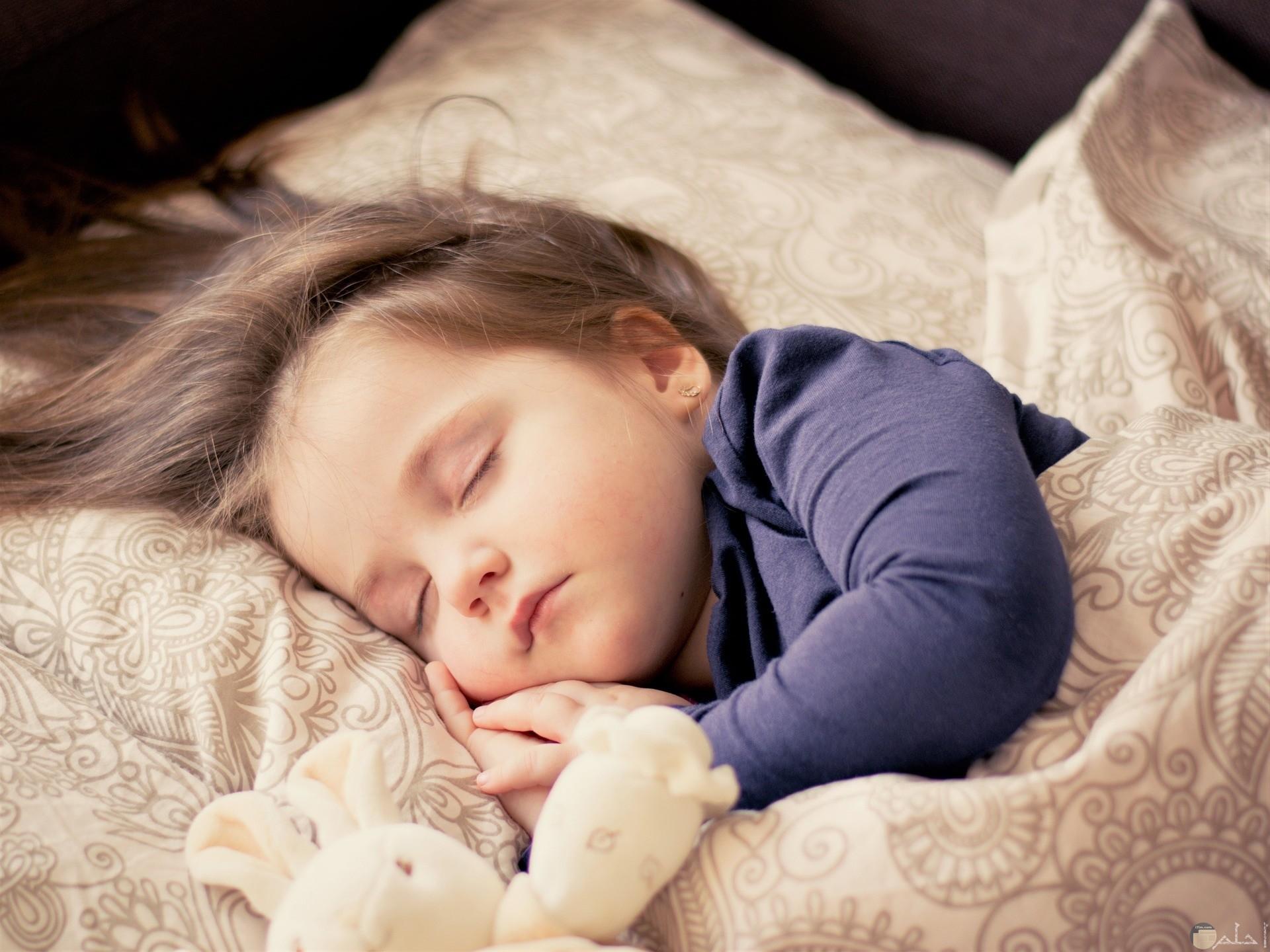 صورة لطفل نائم.