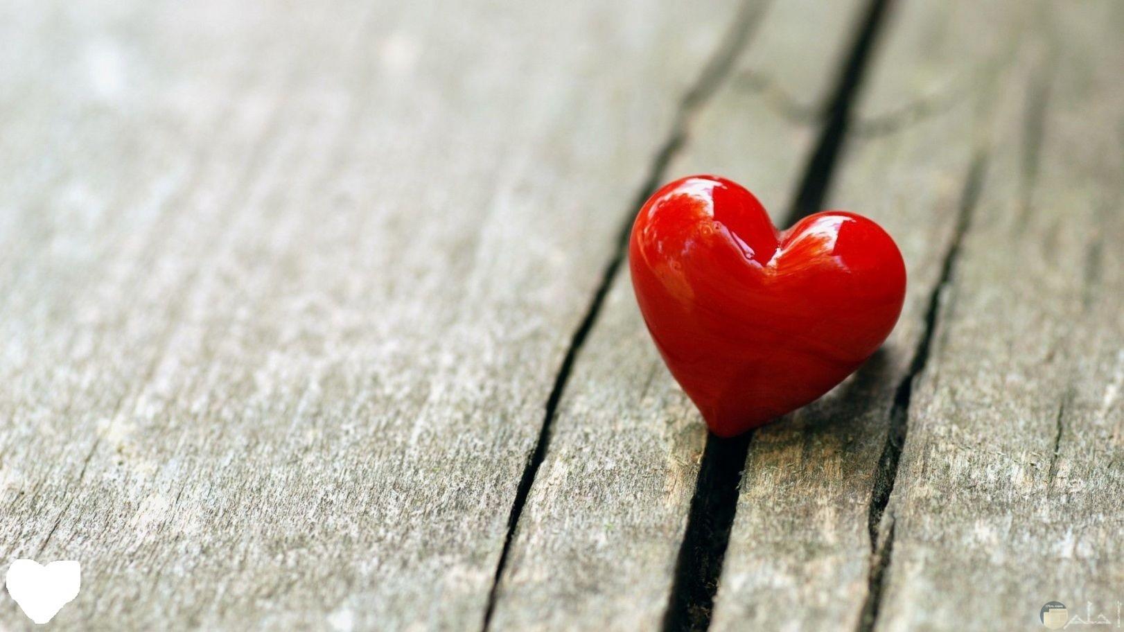 قلب أحمر.
