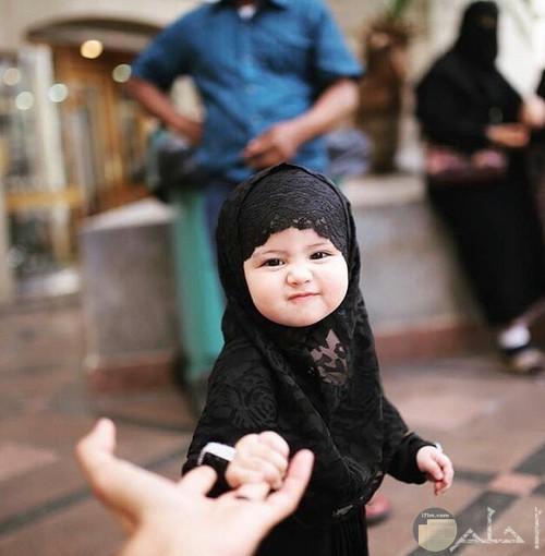 طفله بالحجاب الاسود غاية فى الجمال