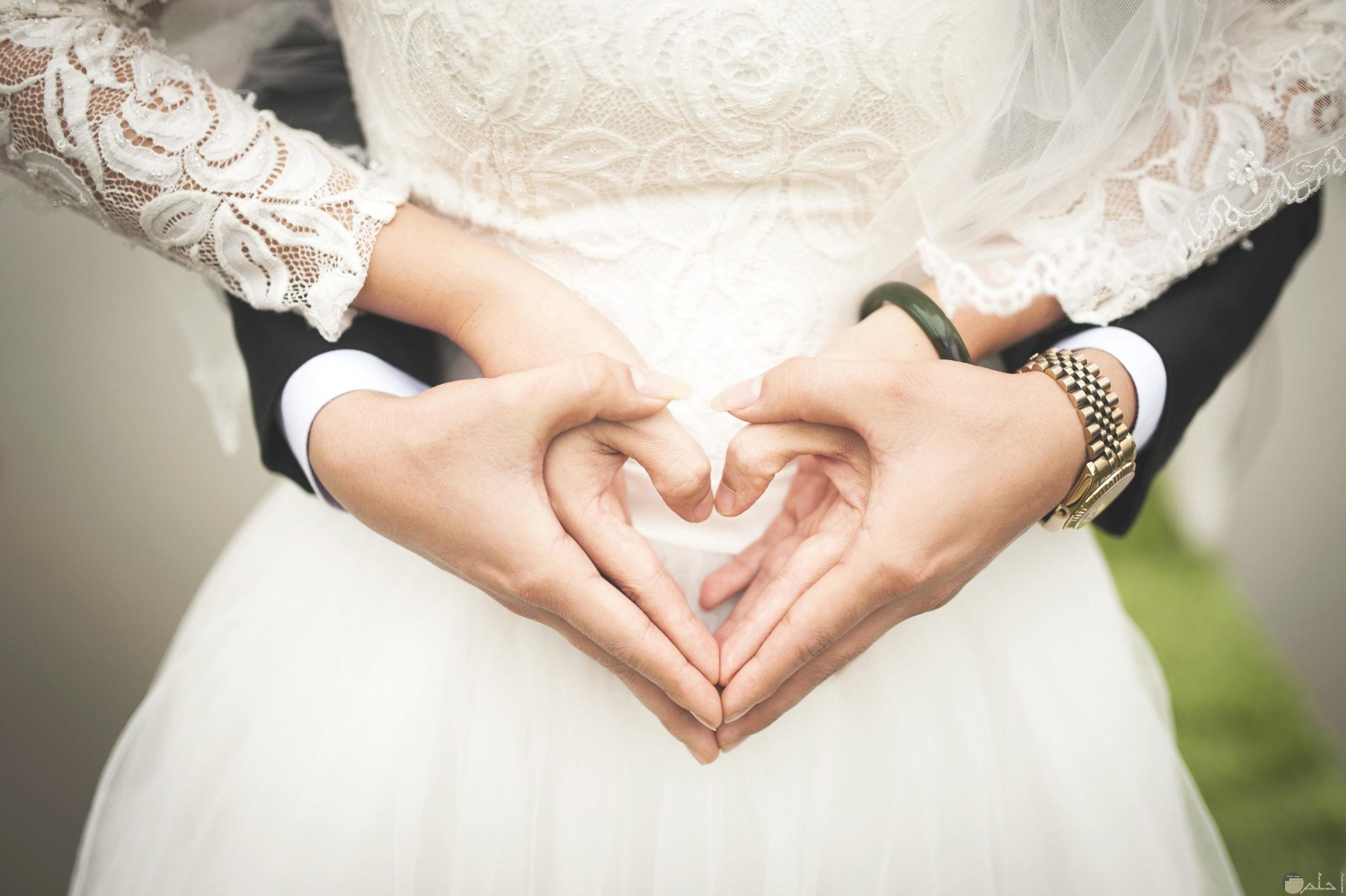 رومانسية عاشقين تزوجا بعضهما.