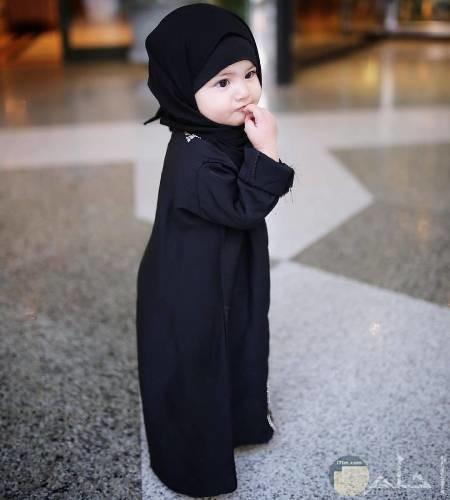 بنوته صغيرة ترتدى ثياب سوداء