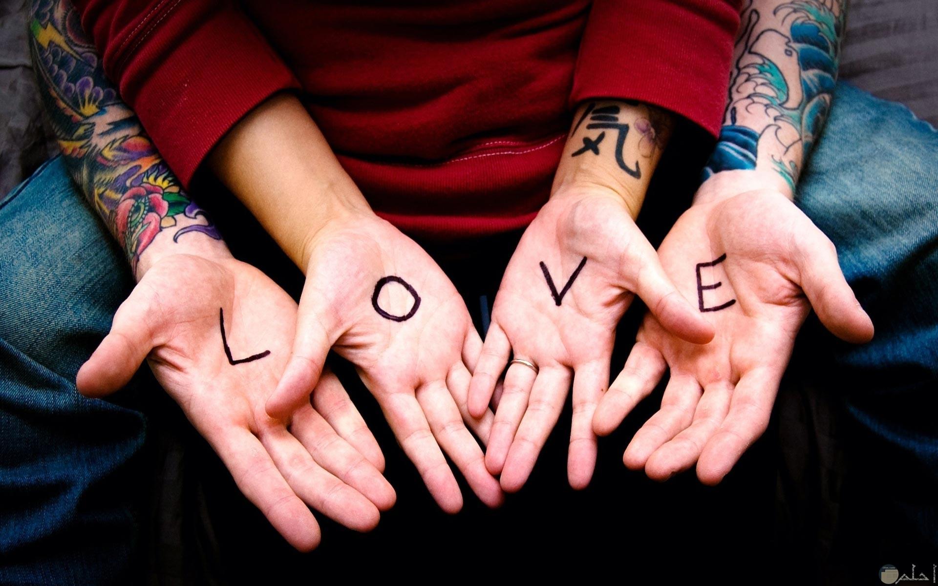 كلمة بحبك بالانجليزى مكتوبه على كف اليد