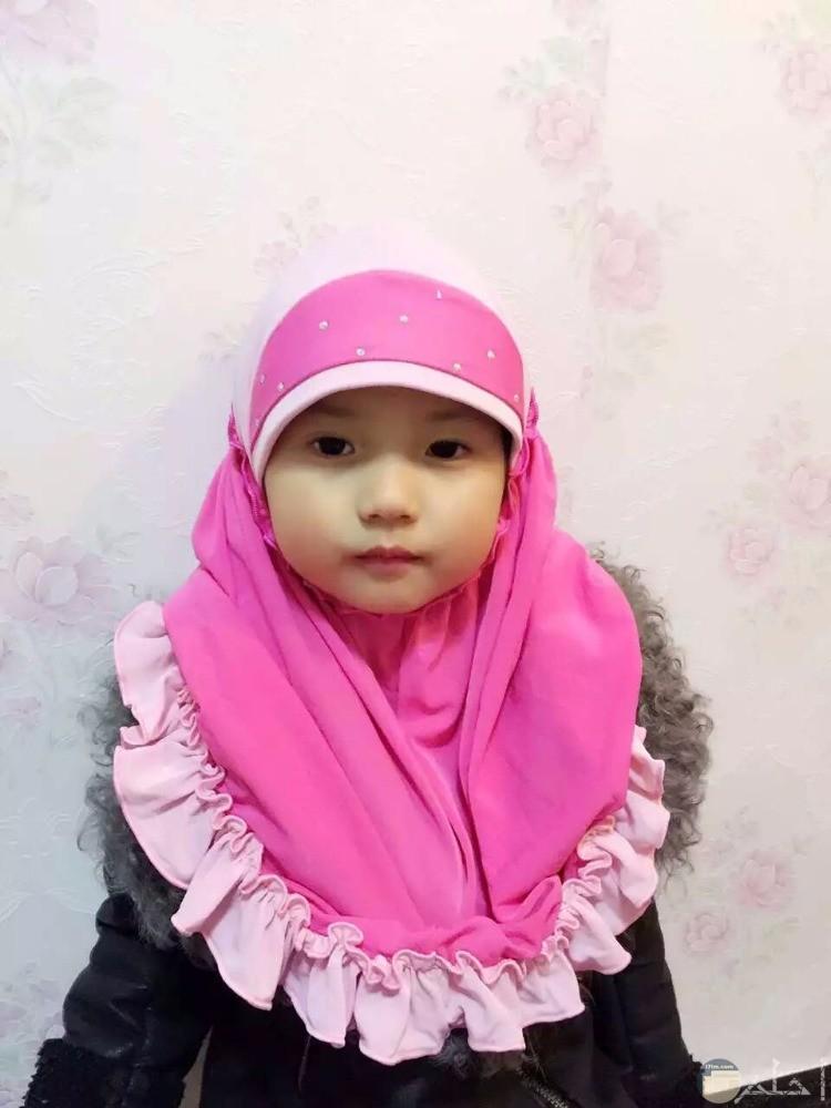 بنت صغيرة تلبس حجاب فوشيا جميل
