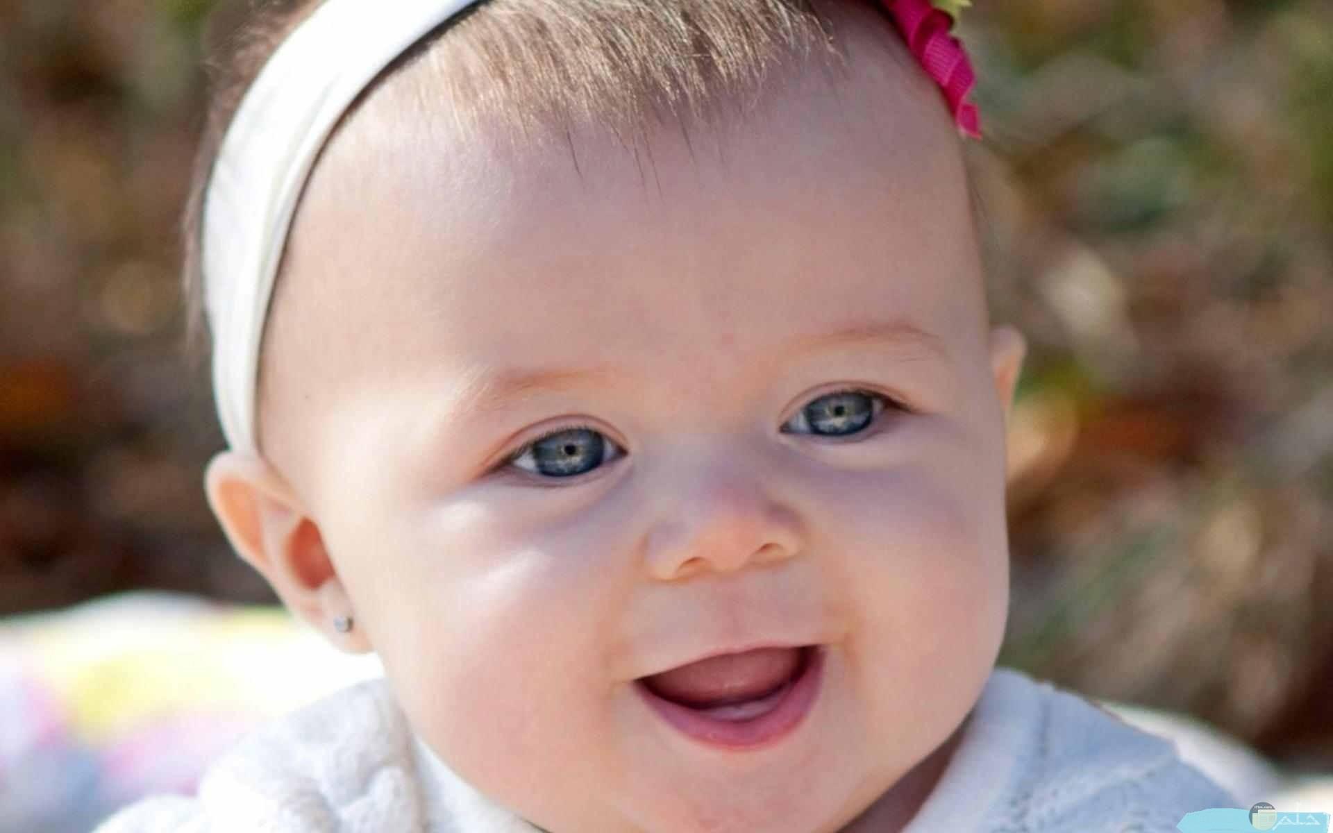 صورة لضحكة طفلة جميلة.