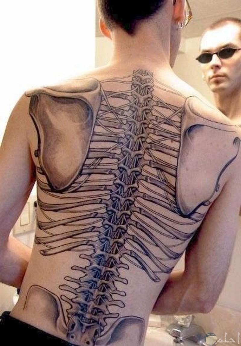 شاب برسم تاتوه على ظهره على شكل هيكل عظمي.