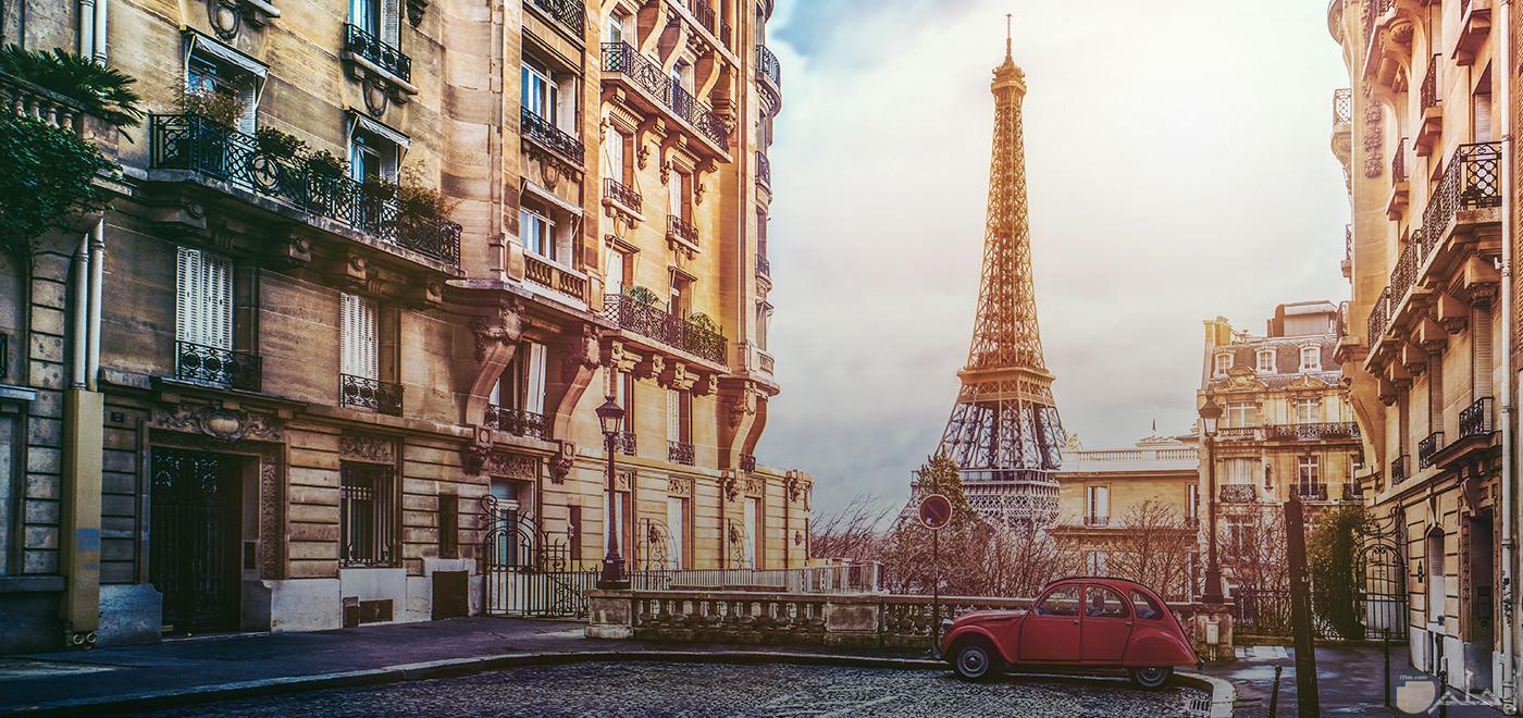 باريس عاصمة فرنسا_ و يظهر في الصورة برج إيفيل.