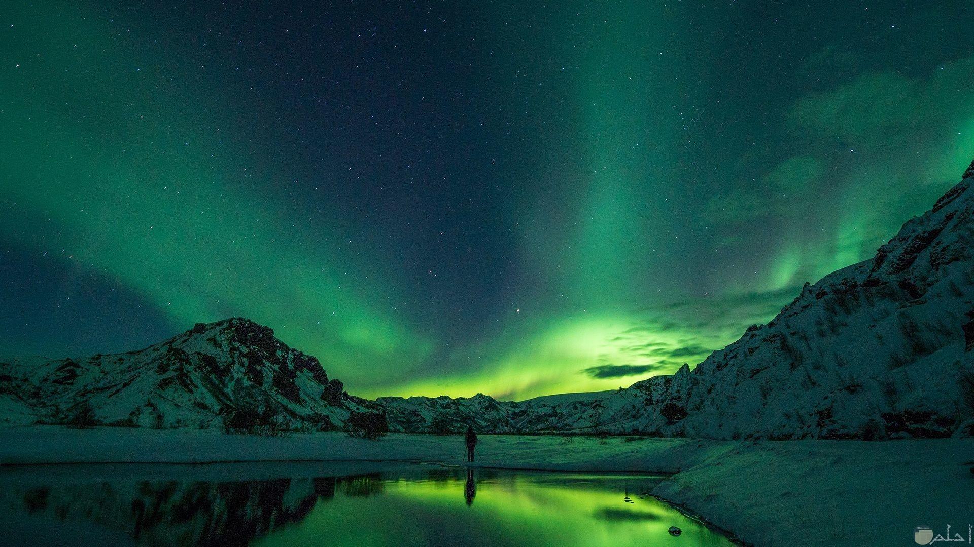 ظاهرة الشفق القطبي و التي تتميز بظهور ألوان جميلة و خلابة في السماء.