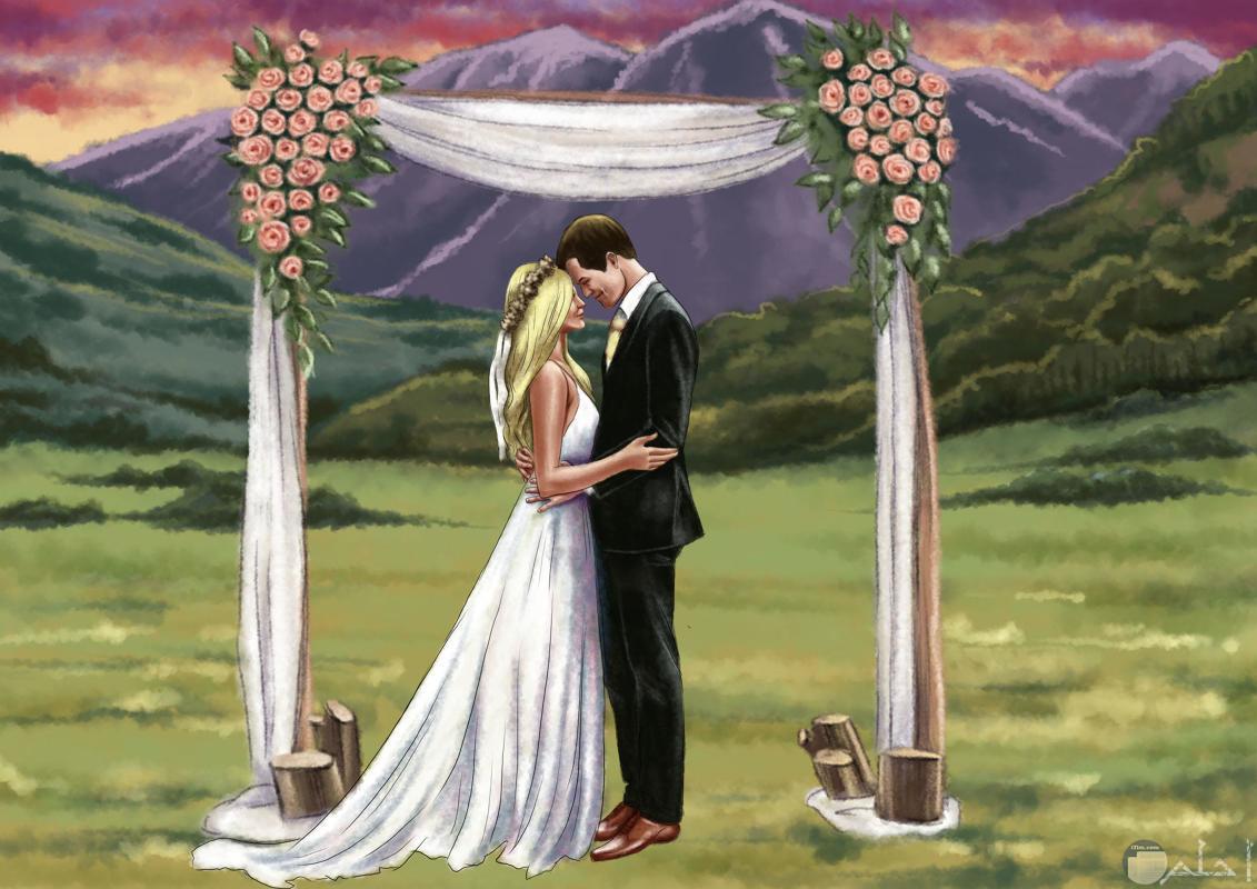 صورة رومانسية لعروسين داخل حديقة.