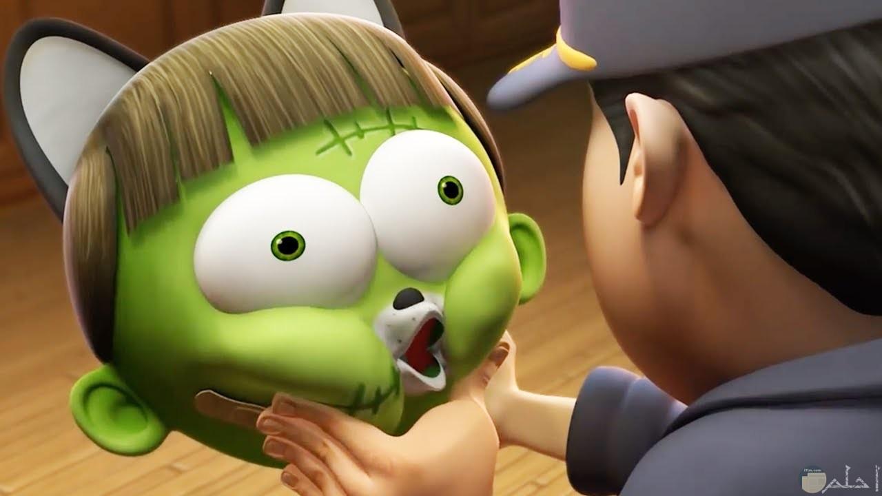 وجه بنت أنمي خضراء مضحك.