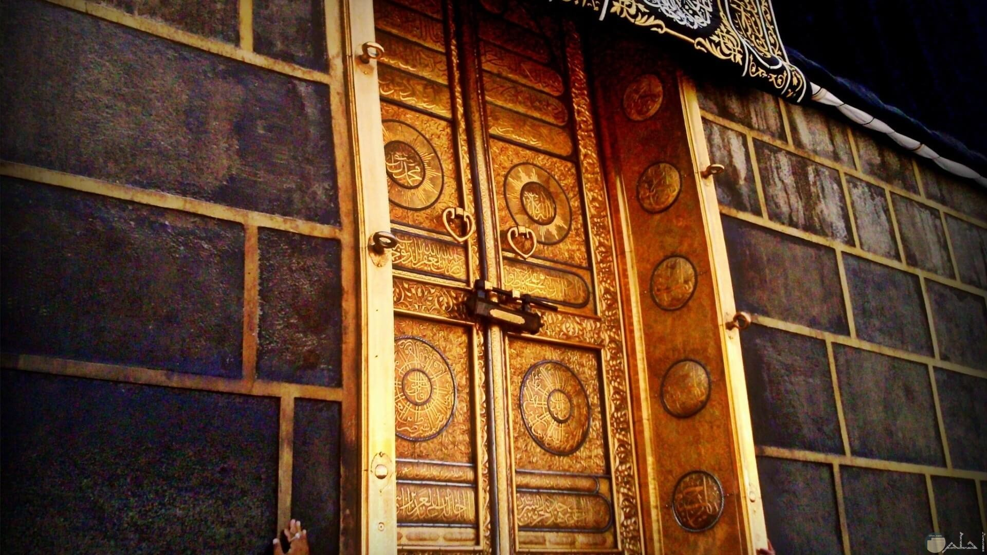 باب الكعبة من أجمل اللقطات.