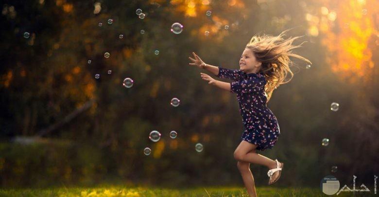 بنت صغيرة مع الفقاعات.
