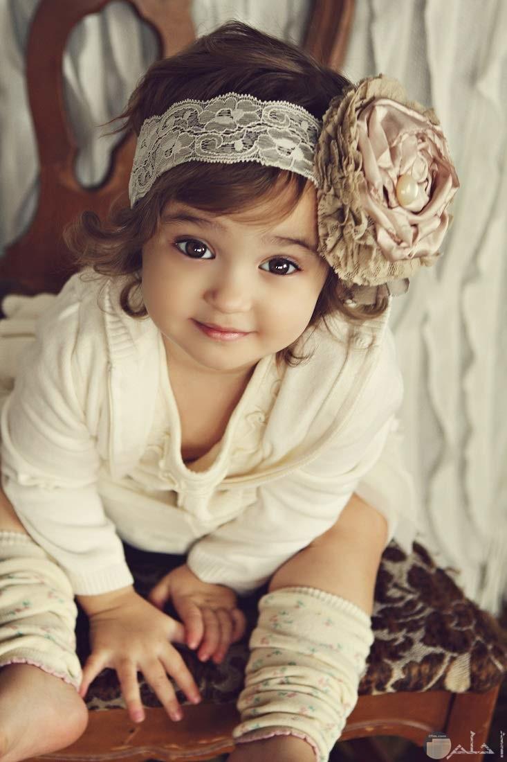 بنت جميلة تضحك.