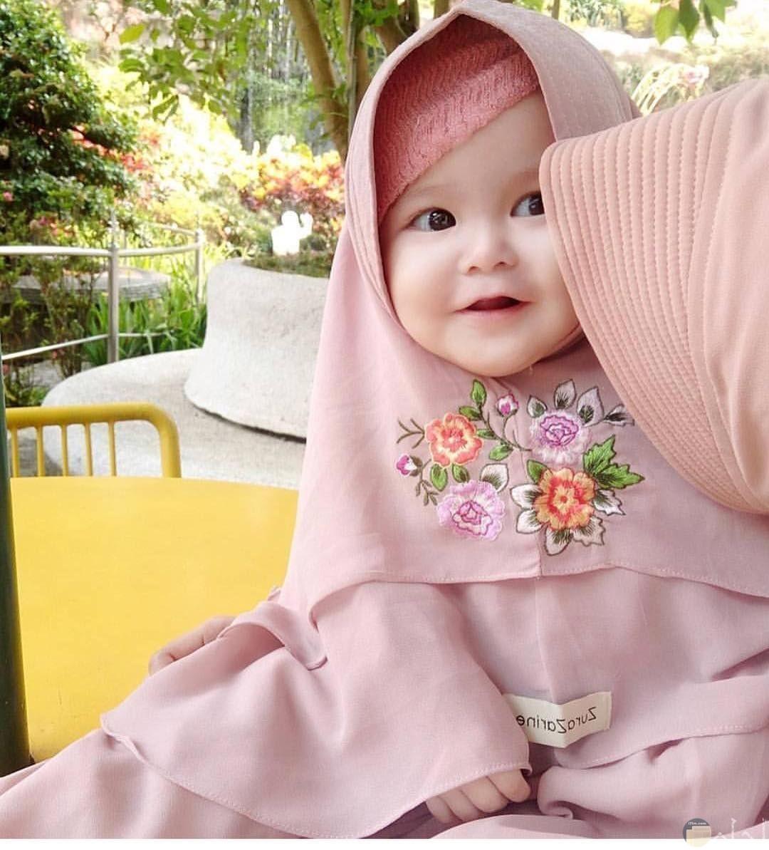 طفلة صغيرة كيوت محجبة.