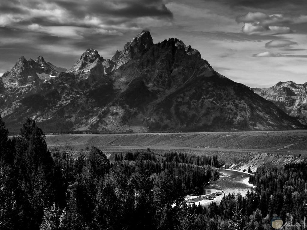 صورة جبل و شجر و بحيرة بالابيض و السود.