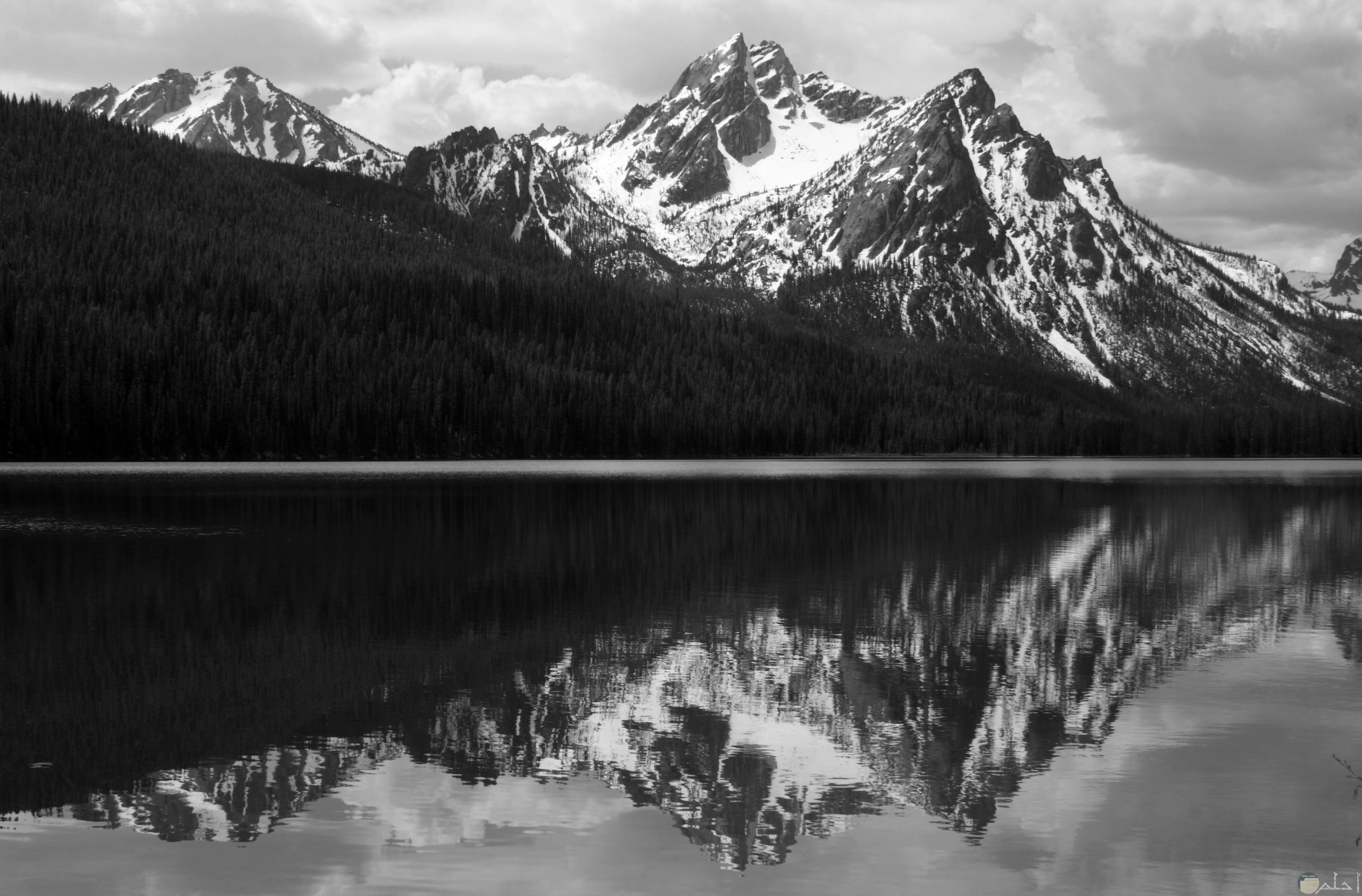 صورة مياة وسط الجبال بالابيض و الاسود.