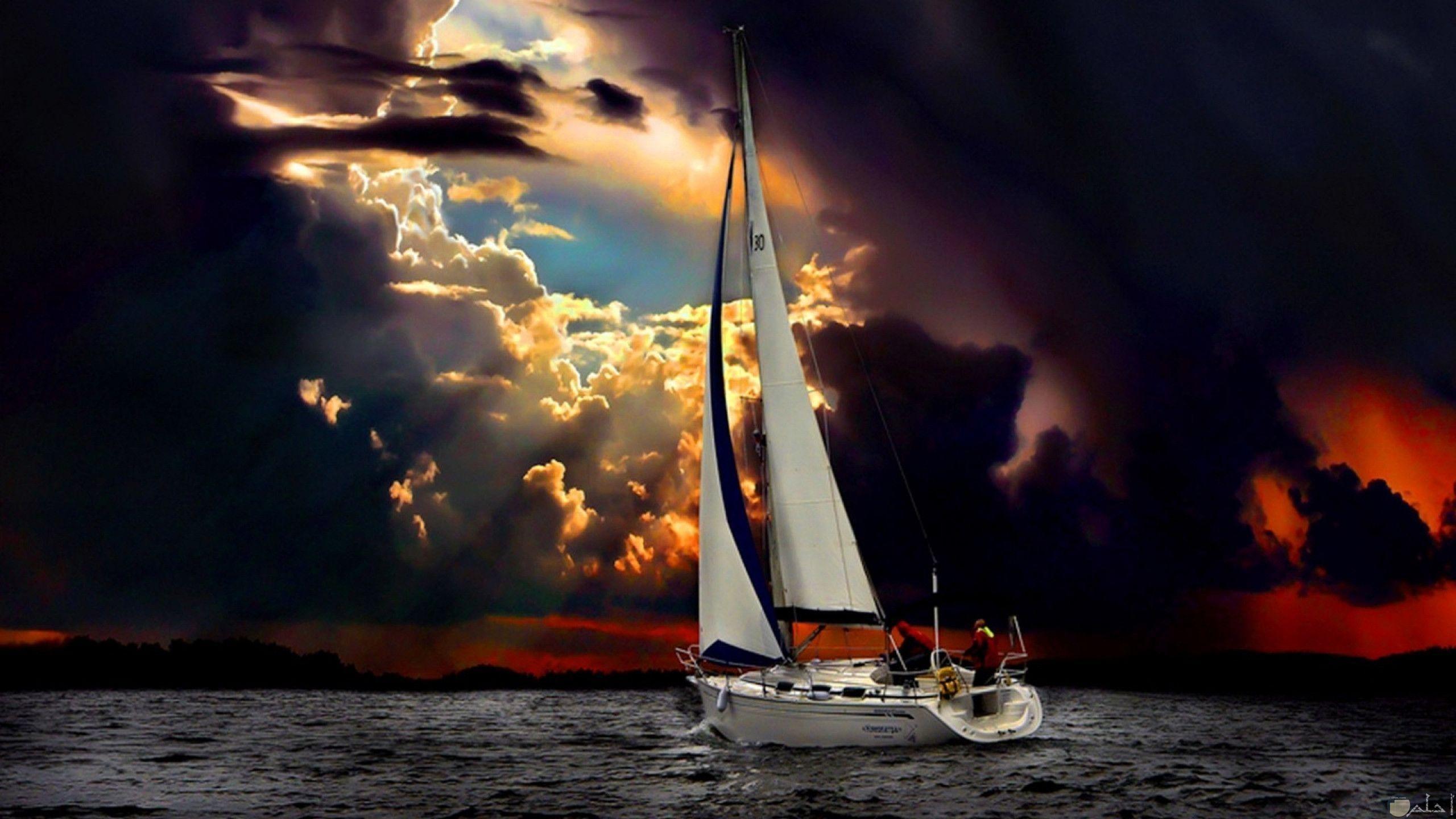 سفينة بحرية و قت الغيوم السوداء _ خلفية حزينة.