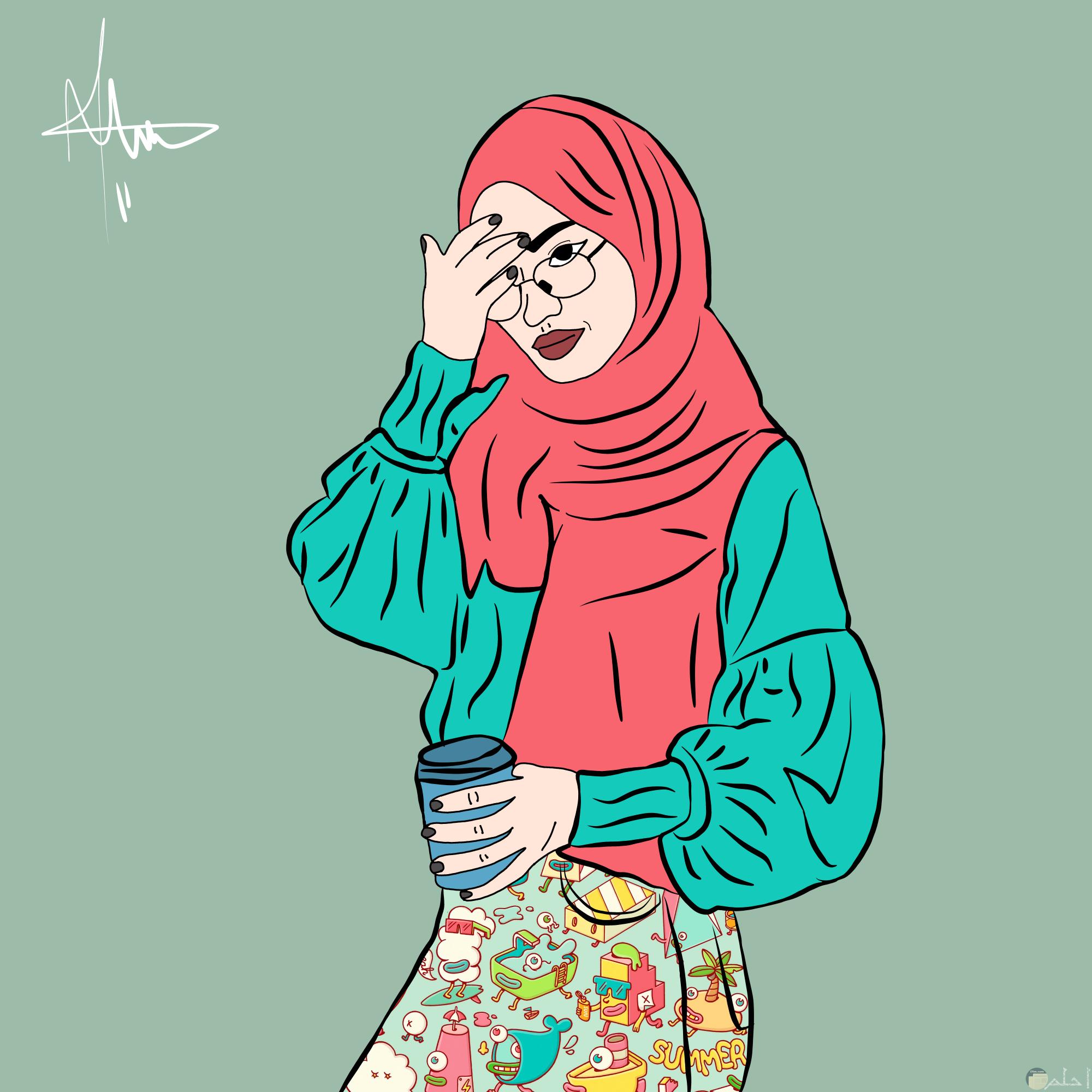رسمة بنت محجبة تمسك كوب و تضع نظارة.