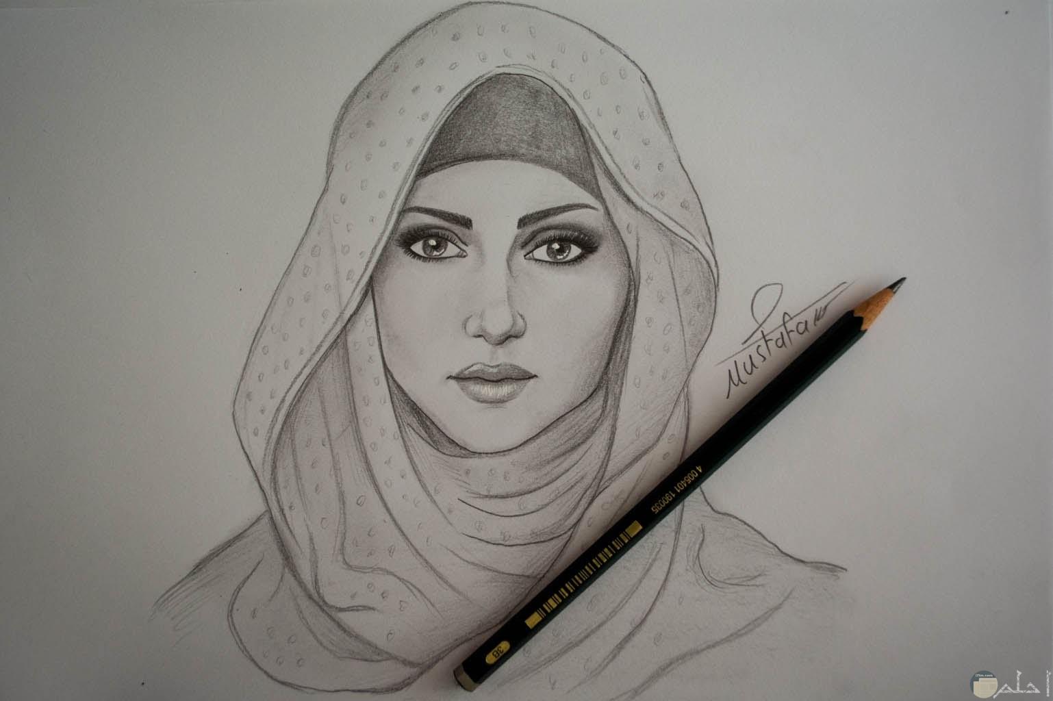 قلم رصاص ورسمة فتاة محجبة