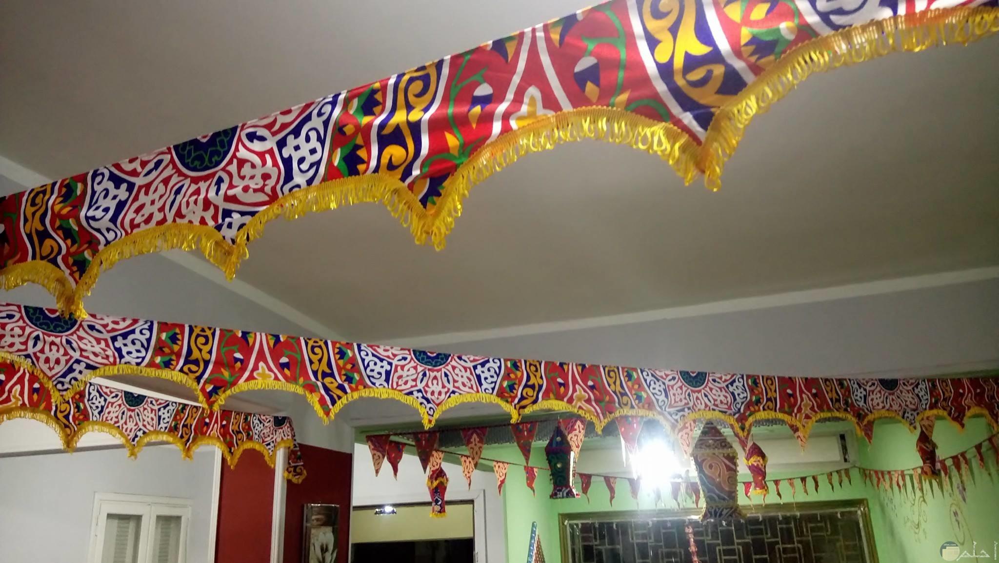 زينة رمضان معلقة فى السقف بها زخارف اسلامية