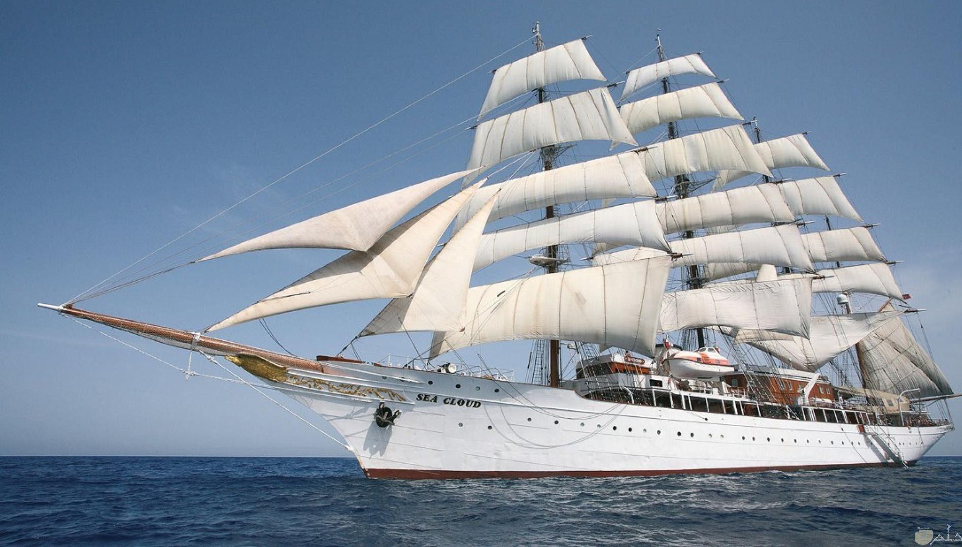 صورة سفينة كبيرة ذات أشرعة.