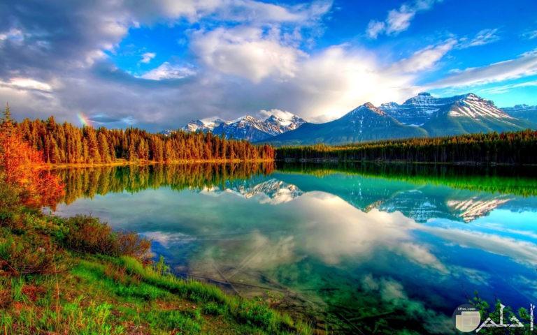 صورة بحيرة وجبال والسماء