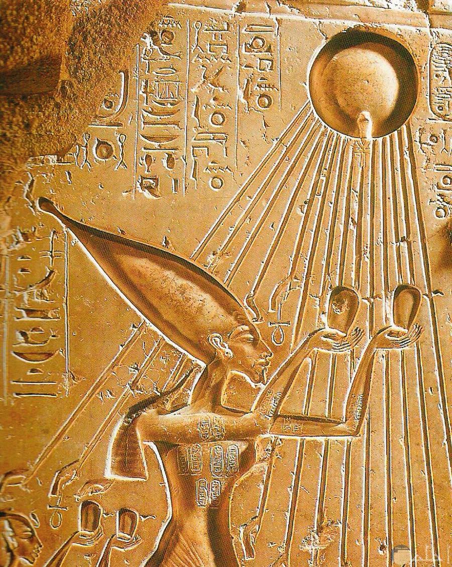 صورة لجدار نحت عليه اله الشمس عند الفراعنه.