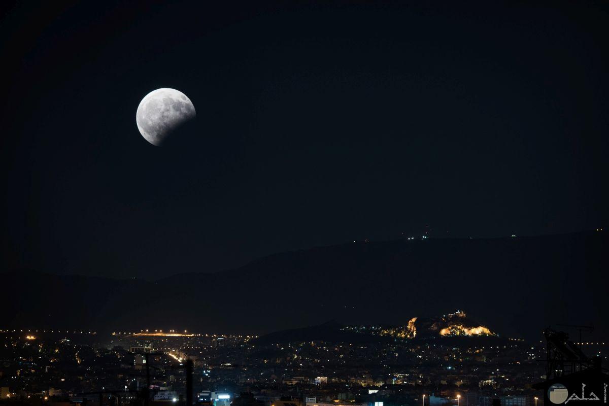 صورة تظهر جزء من القمر مظلم