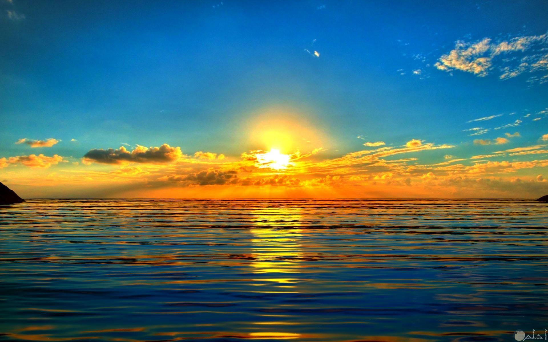 شروق الشمس و اللون الذهبى يكسو البحر بها.