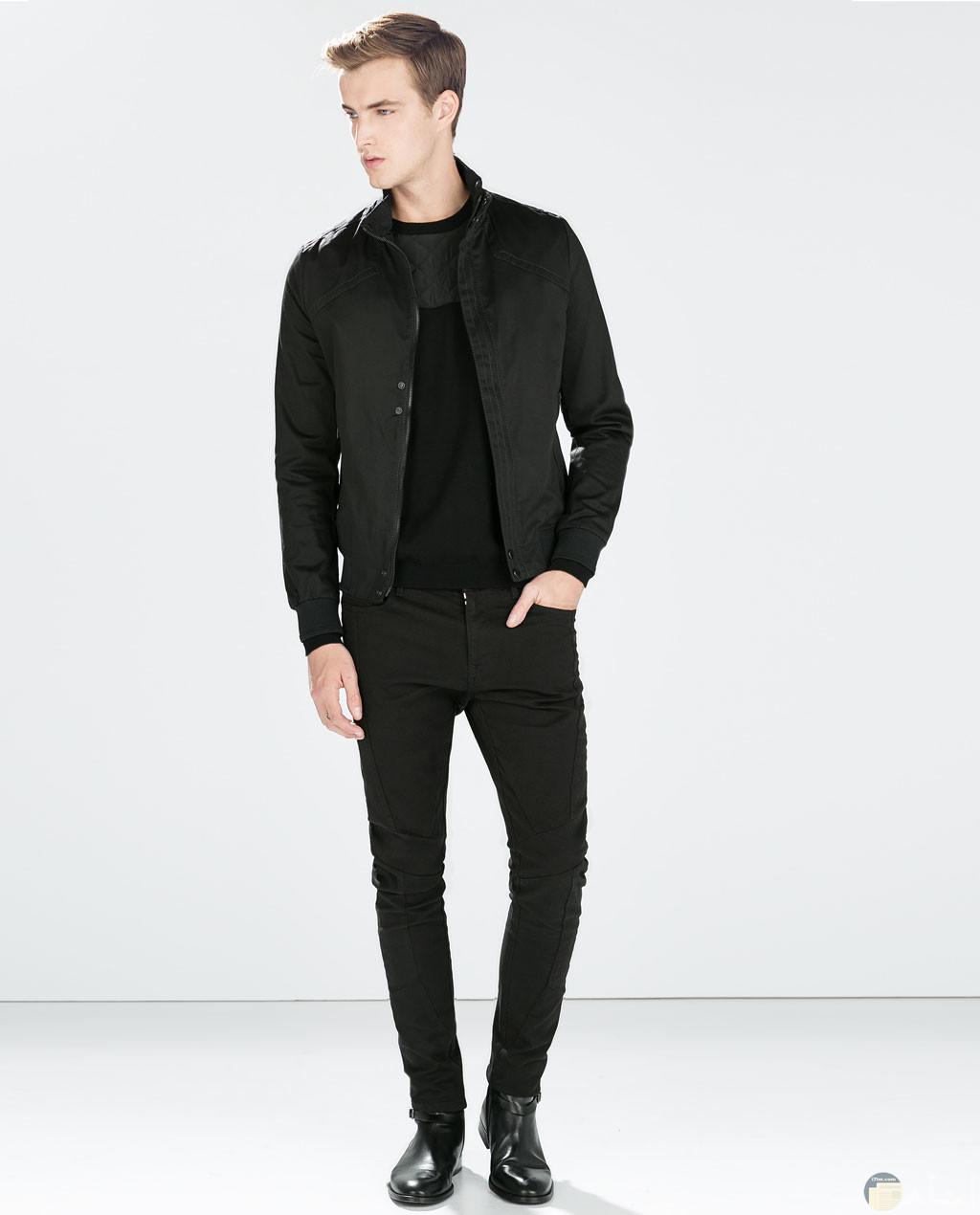 صورة شخصية لشاب يرتدى ملابس سوداء