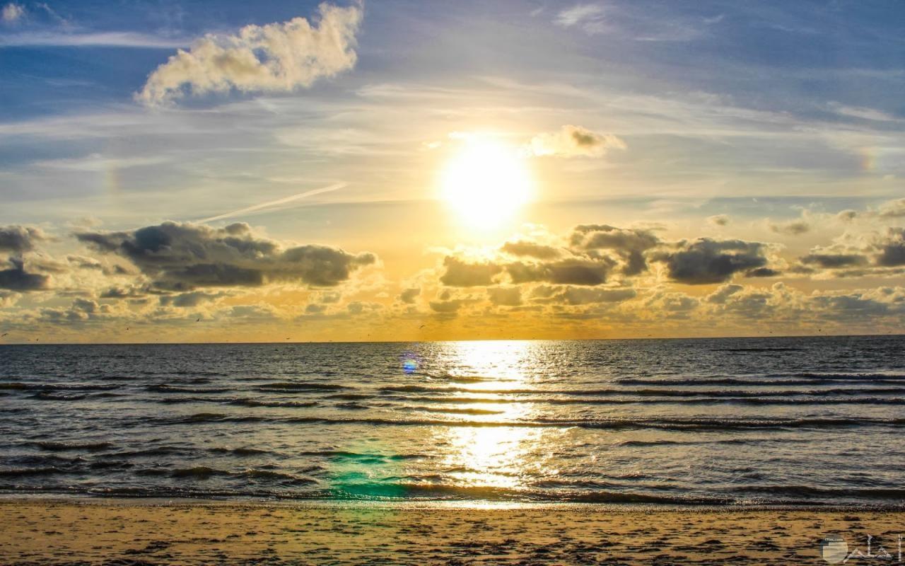 صورة لحظة شروق الشمس من وسط السحاب.