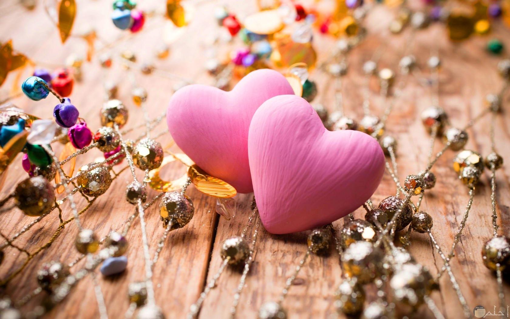 قلبين لونهم روز بخلفية جميلة