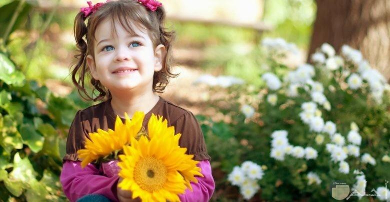 صورة لبنت جميلة و تمسك الورد.