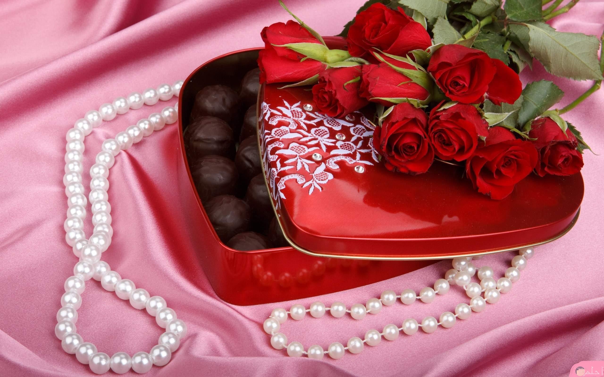 صورة تجمع سبحة الصلاة و علبة شوكولاتة جميلة.