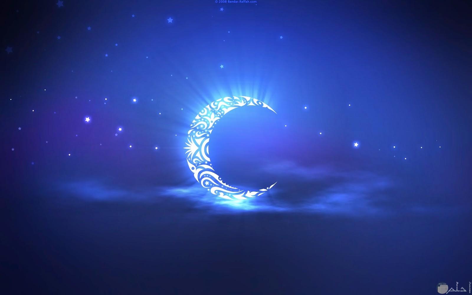 صورة هلال رمضان مرسوم بالدعوات.