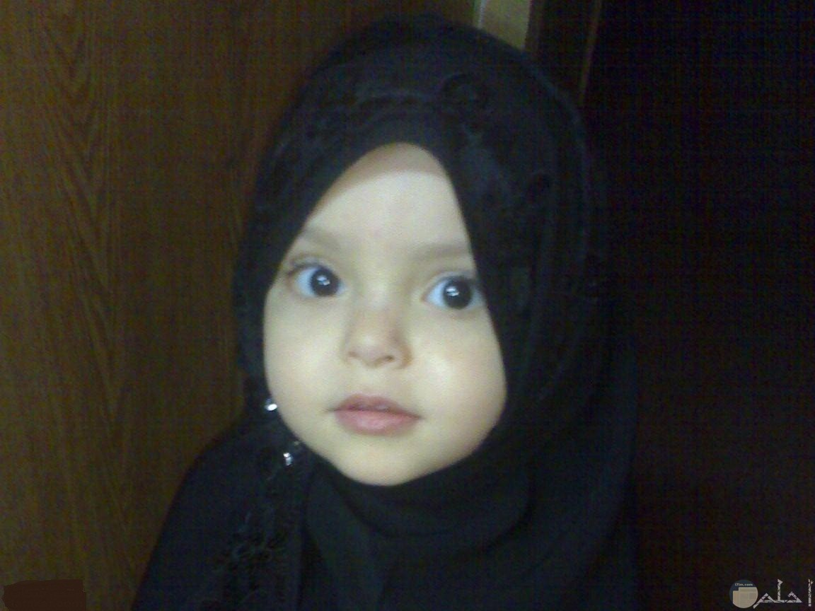 صورة لبنت صغيرة محجبة.