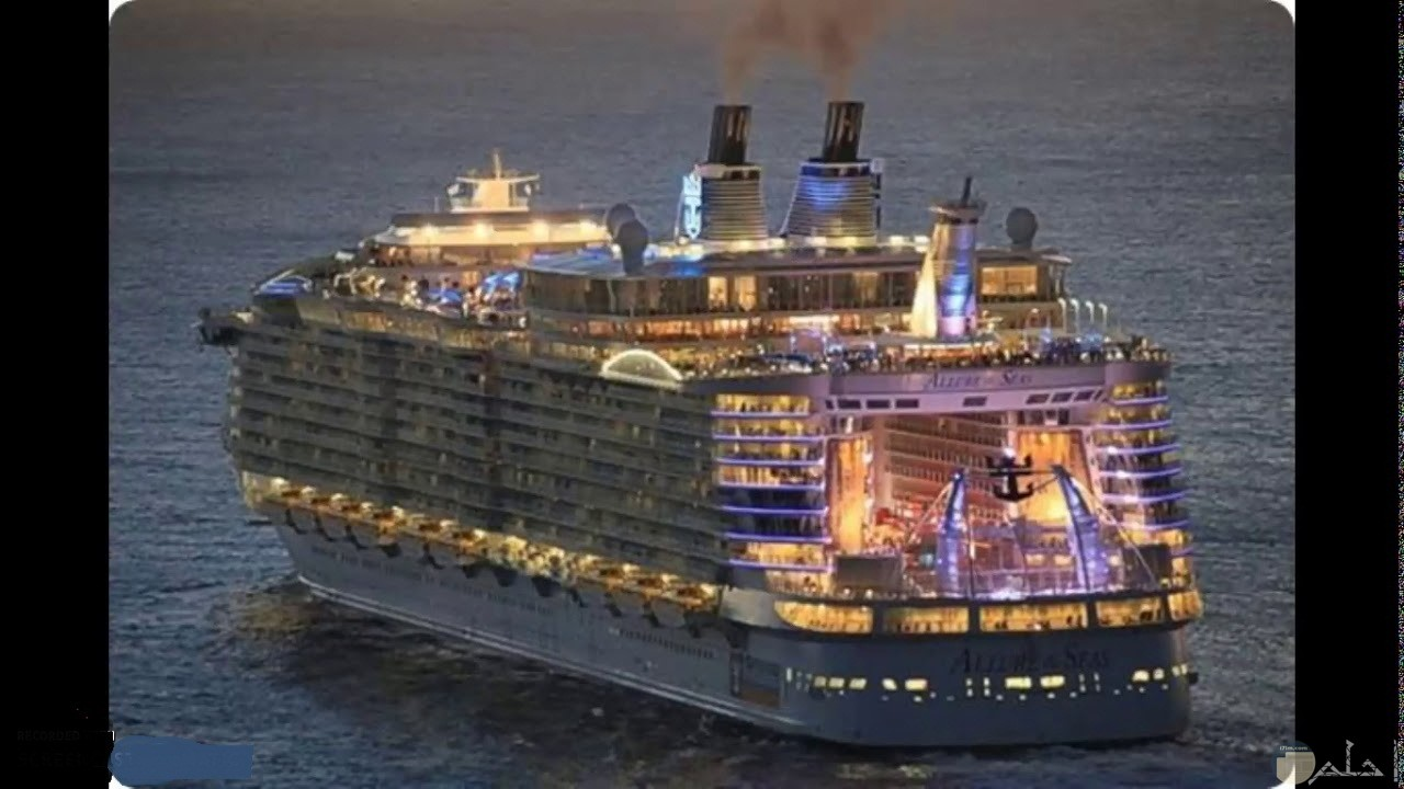 صورة سفينة سفر كبيرة تسير ليلاً.
