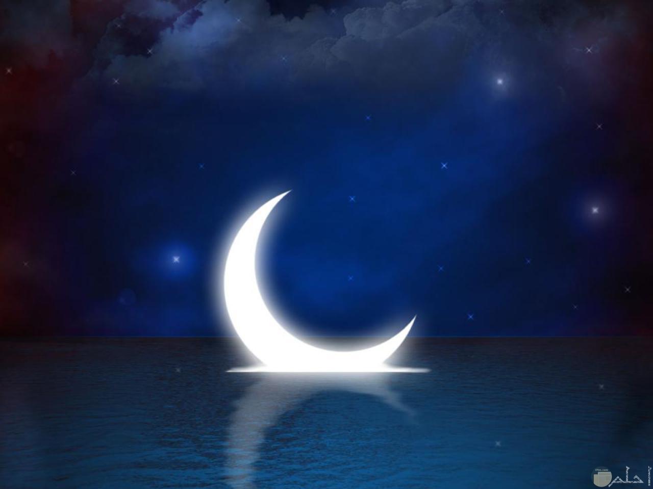 هلال شهر رمضان يسبح بالماء.