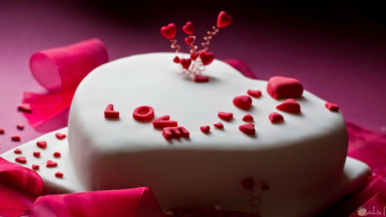تورته كريمة بيضاء بها قلوب حمراء جميلة