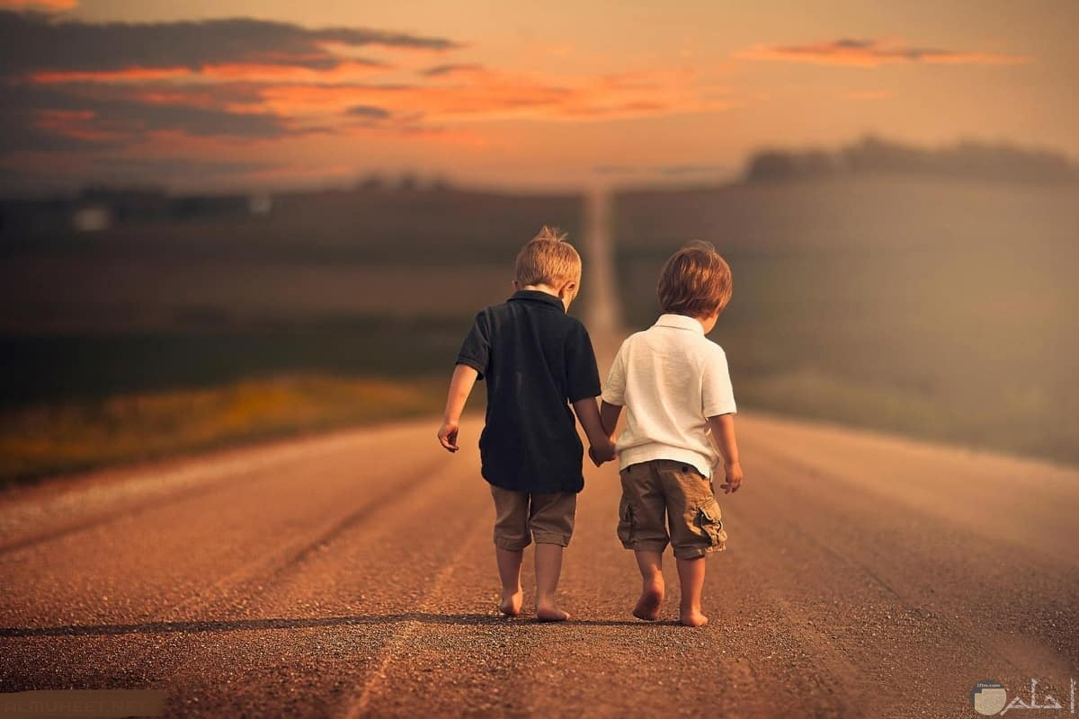 صورة ولدين و الصداقة تجمعهما.