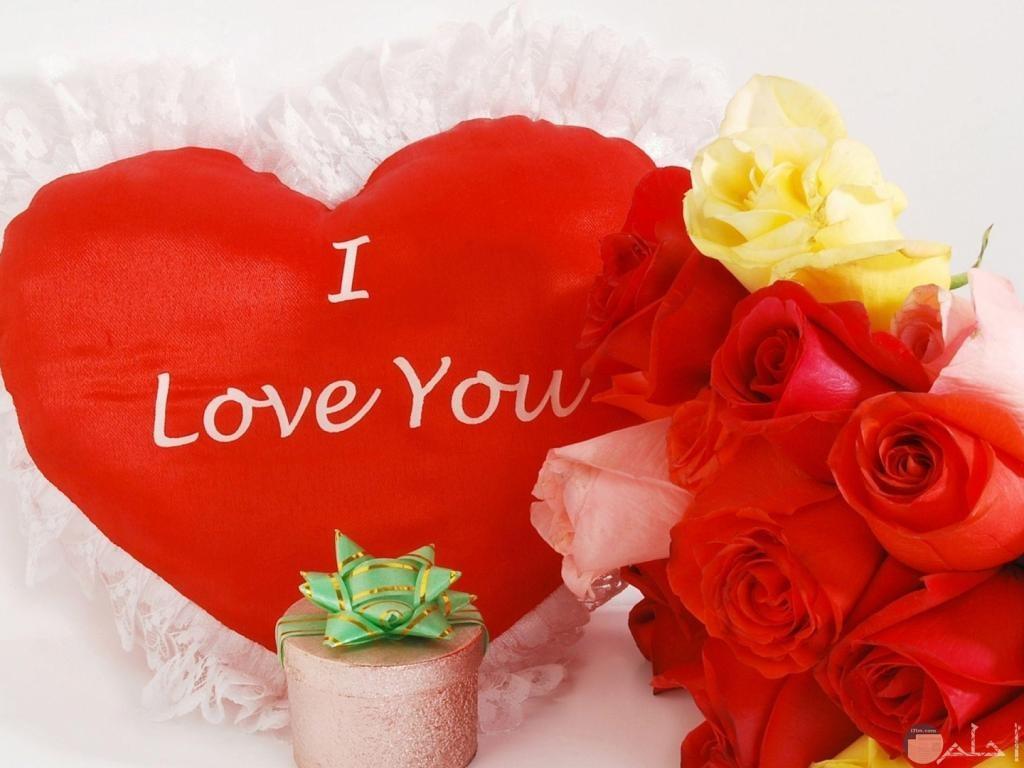 صورة بها ورد وقلب كبير احمر تعبر عن الحب