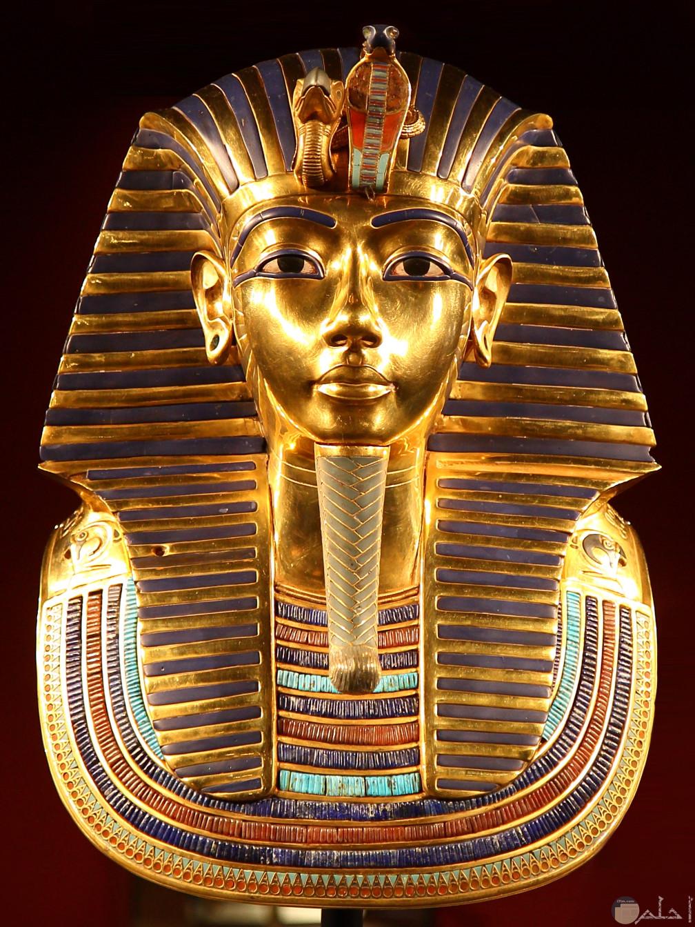 صورة ملك فرعونى من الذهب الخالص.