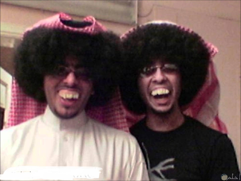 صورة رجلان يضحكان بالطريقة.