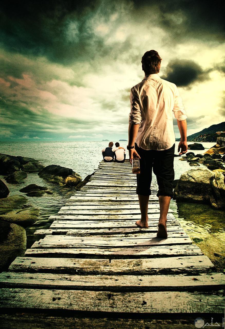 صورة شاب يمشى وحيداً.