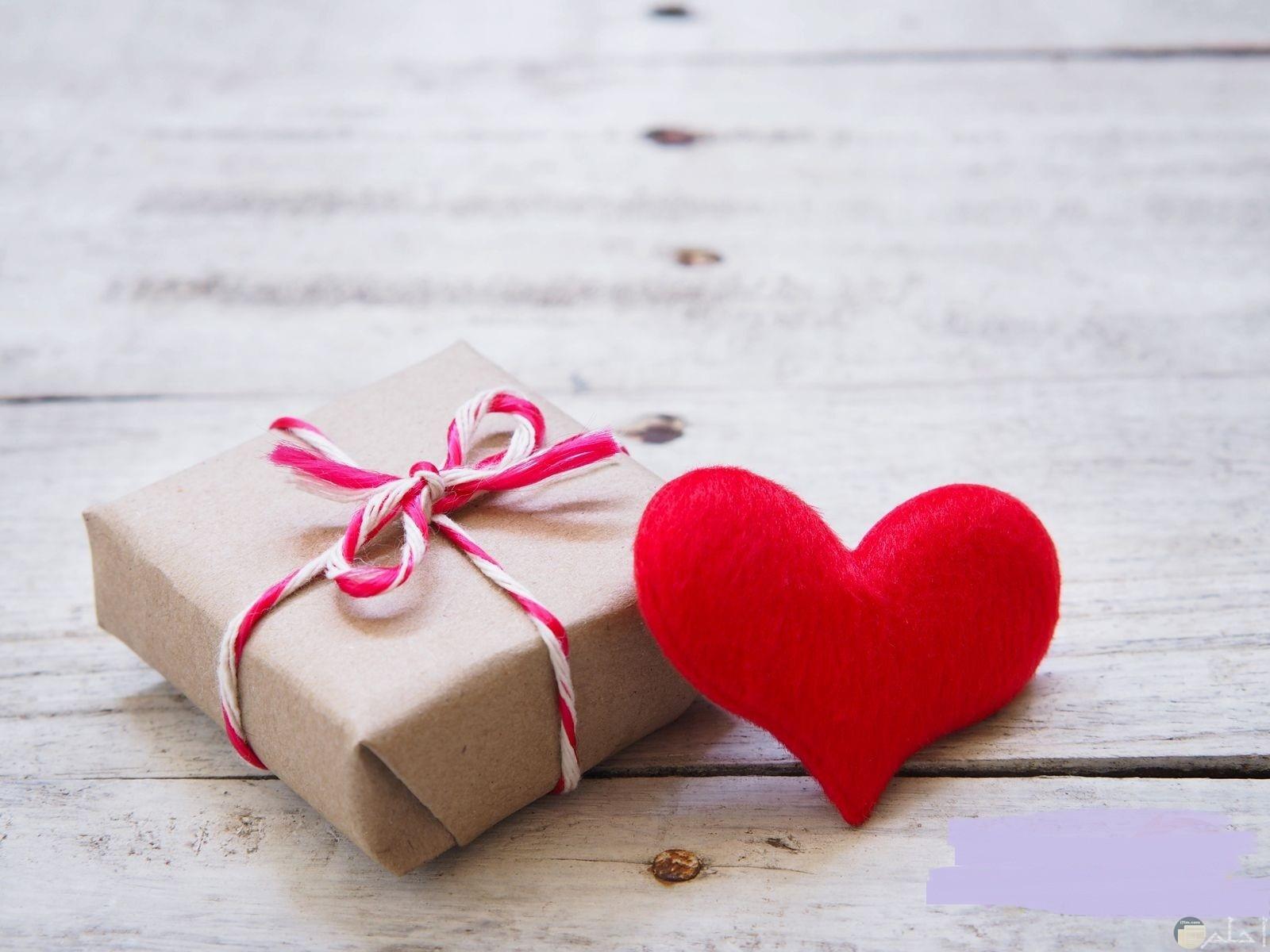 صورة قلب مع هدية بالحب.