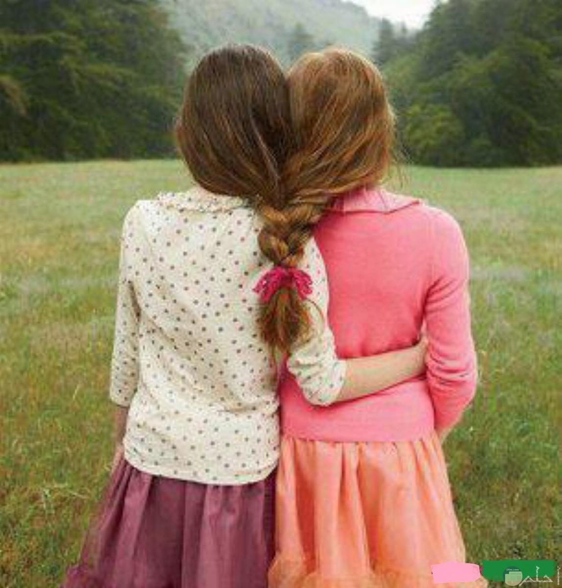 صورة بنتين مترابطتين.