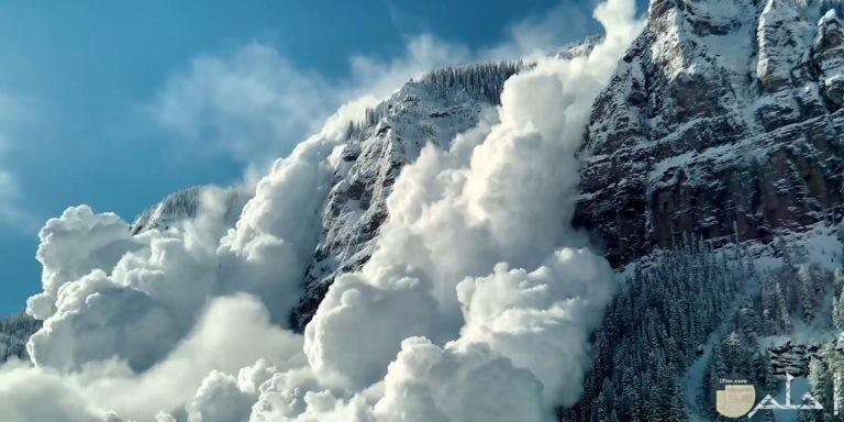 الجبل ممتزج مع السحاب