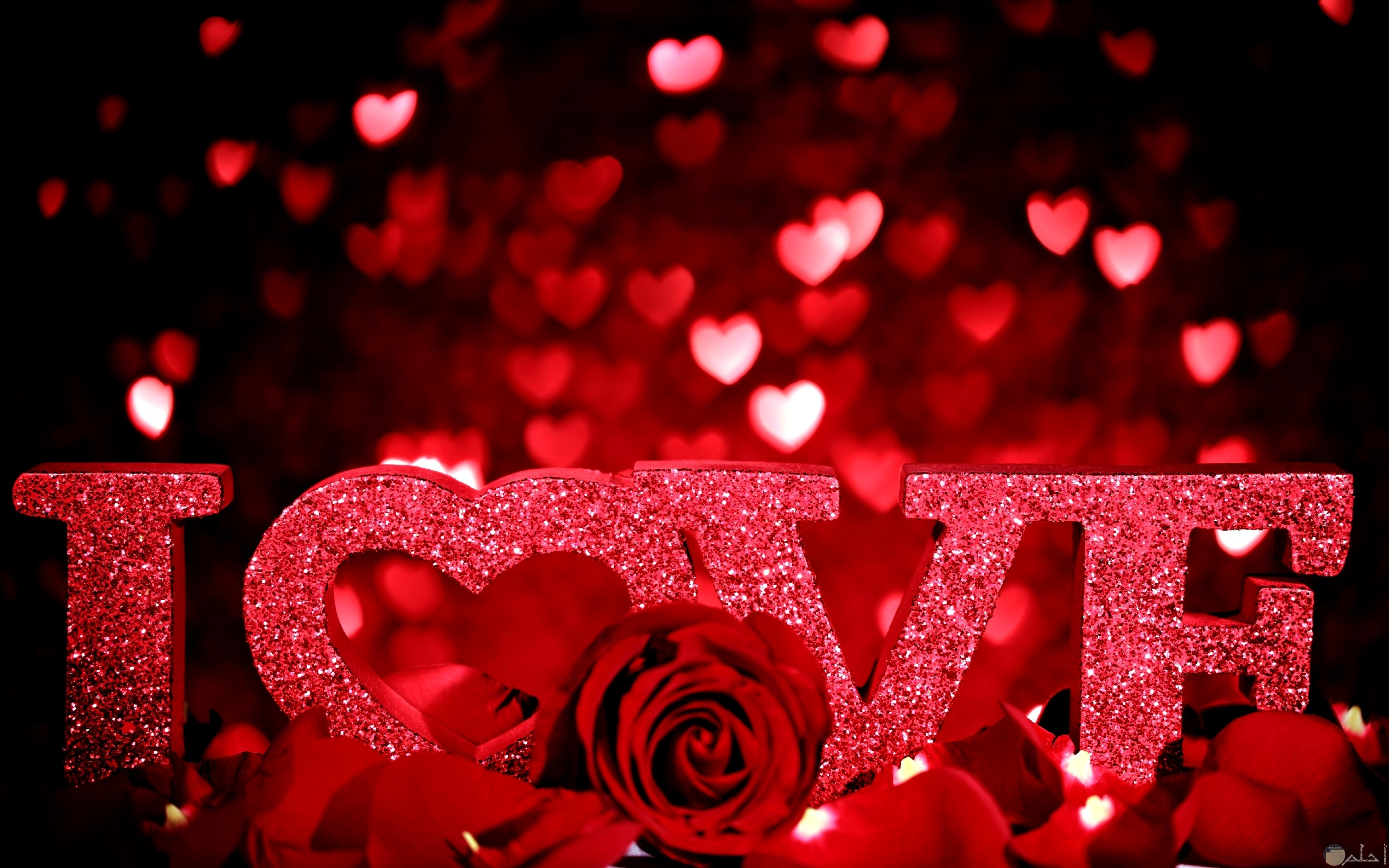 love مكتوبه بشكل جميل على خلفية حلوة